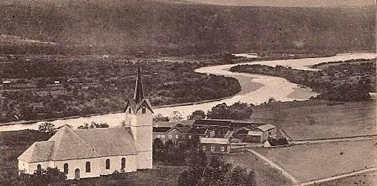 Selbu kirke og prestegård, sett fra Hoflia, slik det så ut omkring 1900. Bildet er hentet fra et postkort brukt i 1909.